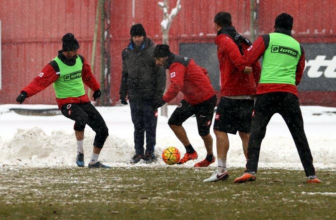 Gençlerbirliği, Antalyaspor maçı hazırlıklarını kar yağışı altında yaptı