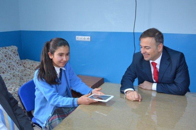 Kaymakam Güven Başarılı Öğrencilere Tablet Hediye Etti