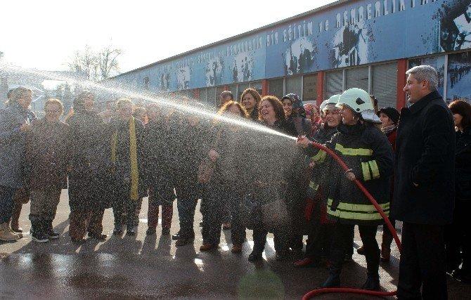 İtfaiyeden Sağlık Personeline Yangın Söndürme Eğitimi
