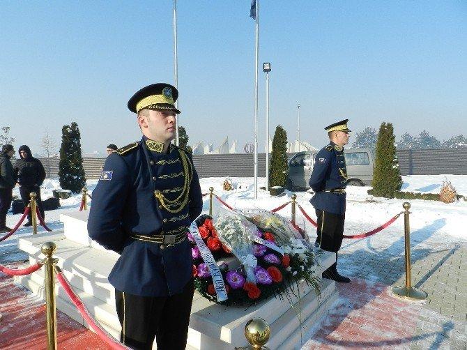 Kosova İlk Cumhurbaşkanı Rugova'yı Mezarı Başında Andı