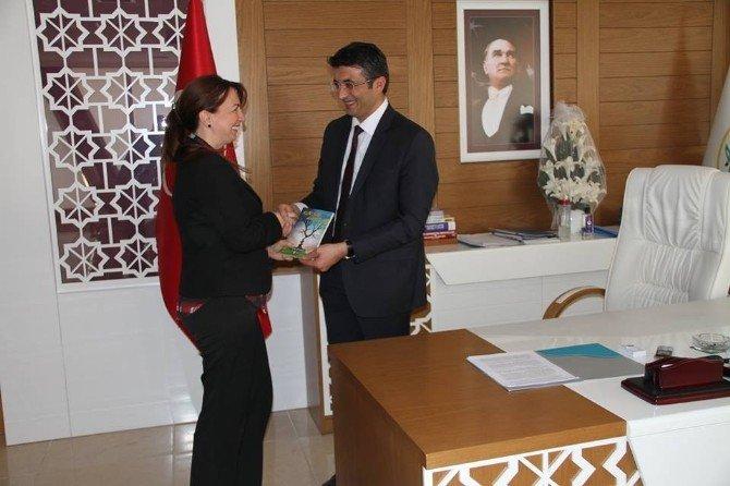 Sosyal İşler Müdürü Çevirmeci Başkan Selçuk'a Kitabını Hediye Etti
