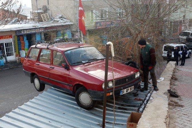 El Freni Çekilmeyen Otomobil Çatıya Uçtu