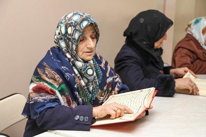 Ev Hanımları Kur'anı Kerim Öğreniyor