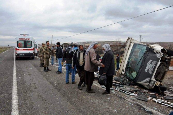 Siverek'te araç şarampole devrildi, 4 yaralı