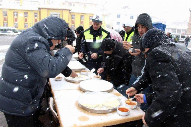 Kar altında bin 500 kişiye 'arabaşı' ikramı