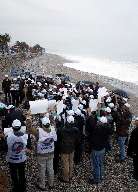 Antalya Konyaaltı Sahili'nde 'Aylan'lar Ölmesin' Eylemi