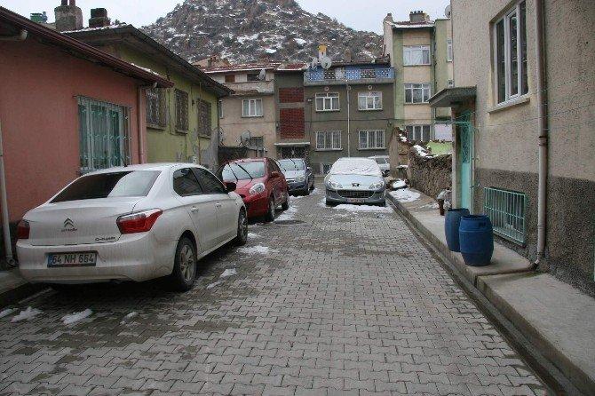 Sorumsuz Sürücüler Yan Yana Yaptıkları Araç Parkları İle Sokağı Trafiğe Kapattılar