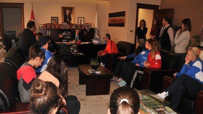 Bandırma Bayan Hentbol Takımından Başkan Mirza'ya Ziyaret