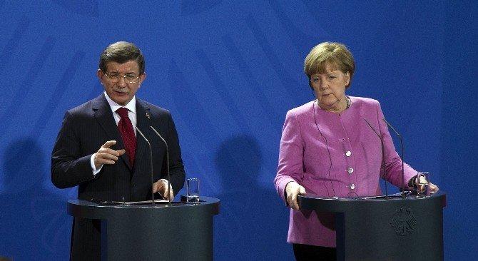 """Davutoğlu: """"Türkiye'de Yürütülen Mücadele Kesinlikle Demokratik Hukuk Devleti İçinde Yürütülen Mücadeledir"""""""