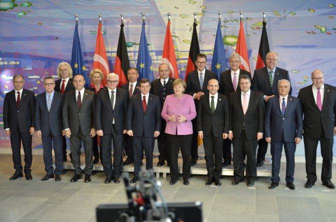 Davutoğlu ve beraberindeki heyet, Alman yetkililerle aile fotoğrafı çektirdi