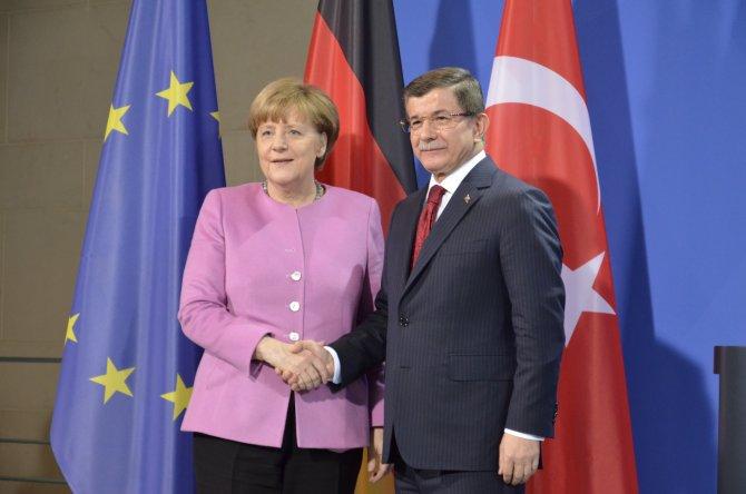 Davutoğlu: Mülteciler krizinde, biri diğerine topu atarsa çözüm zorlaşır
