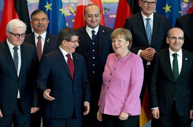 Davutoğlu Berlin'de Aile Fotoğrafında Yer Aldı