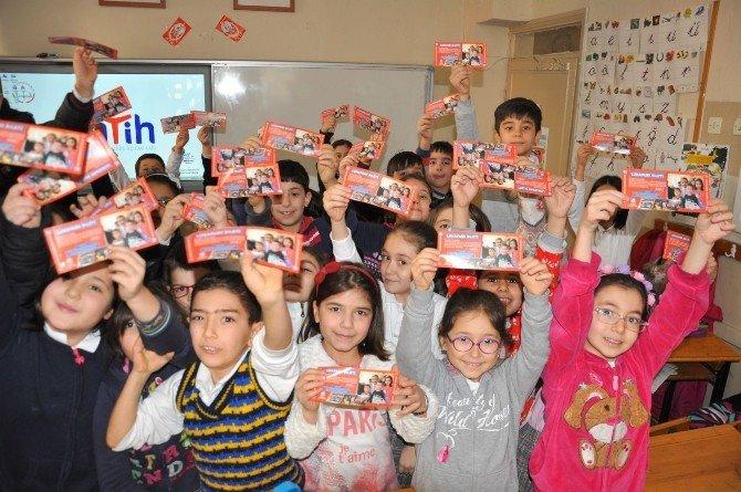 Nazilli'de Başkan Amcadan Öğrencilere Karne Hediyesi