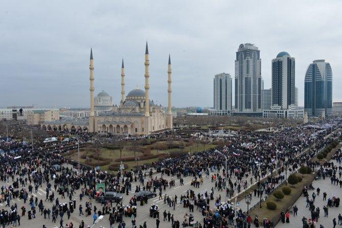 Yüzbinlerce kişi, muhalefete karşı Kadirov'a destek mitingine çıktı