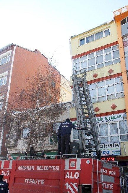 Ardahan'da Buz Sarkıtları Temizleniyor