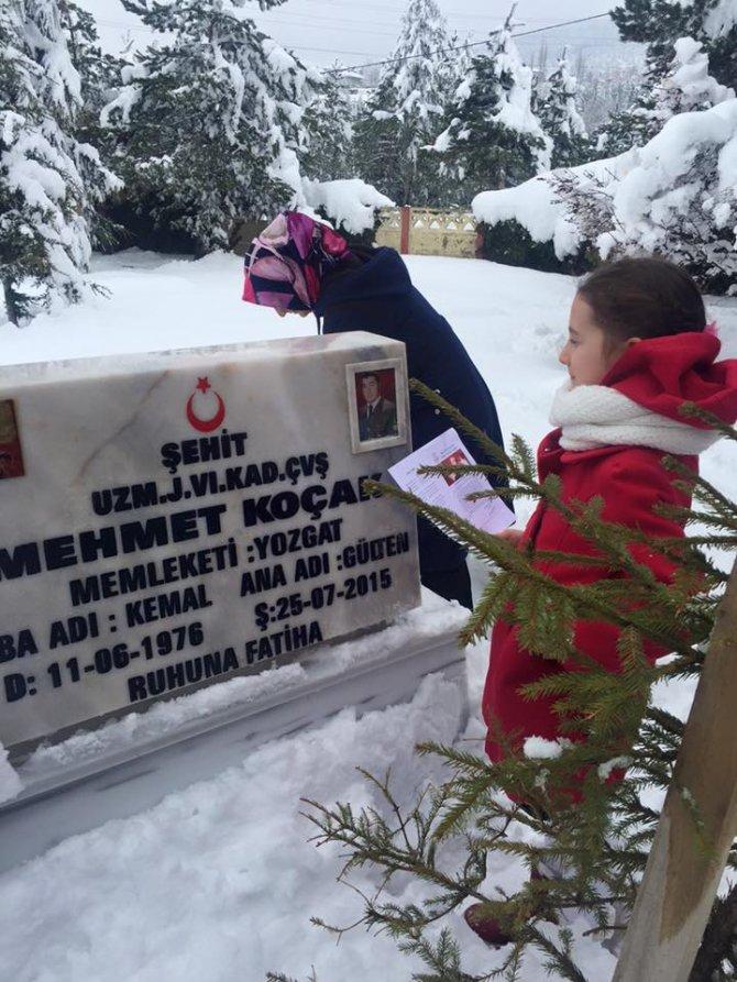 Şehit kızı karnesini alıp babasının mezarına gitti