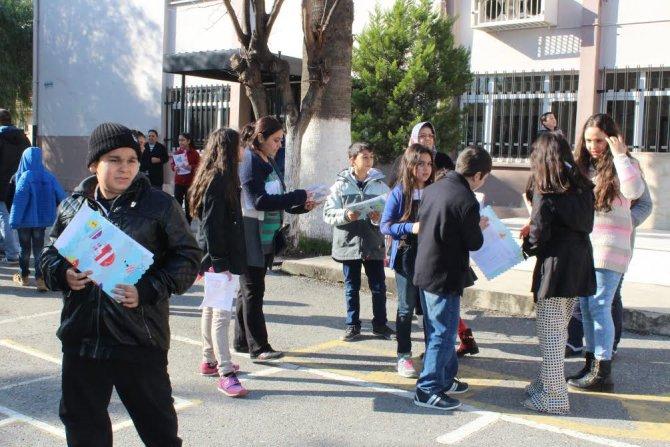 İzmir'de öğrencilerin karne sevinci