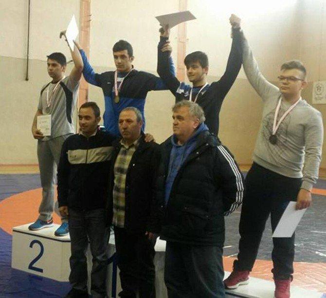 İBB'li Sporcular Okulları Adına Güreştiler