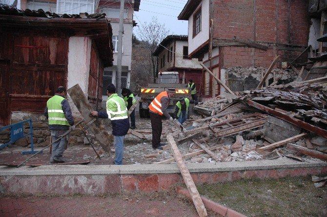 Hanönü Belediyesi Metruk Evleri Yıkıyor