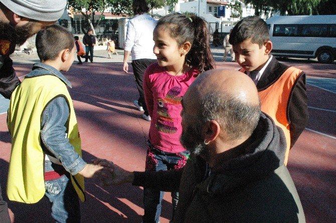 Oyuncu Kaan Çakır'dan Mini Futbolculara Destek