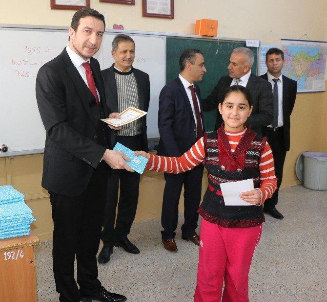 Öğrencilere Karne Hediyeleri Belediye Başkanı Demirkol'dan