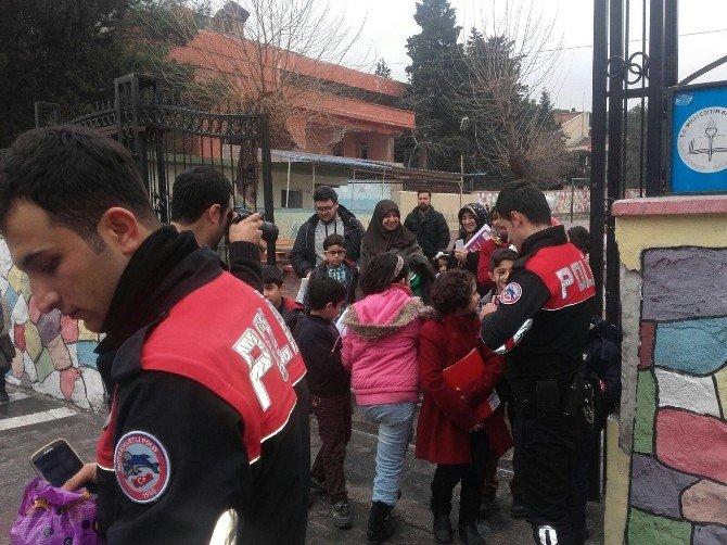 Polislerden Karne Alan Çocuklara Şeker