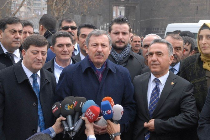 AK Parti Heyeti Çatışmaların Altında Basın Açıklaması Düzenledi