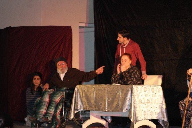 """Osmaneli'de """"Benim Güzel Ailem"""" Oyunu Sahnelendi"""