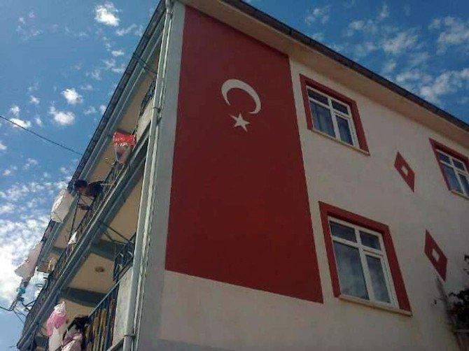 Artan Terör Olaylarına Tepkisini Evinin Duvarına Dev Türk Bayrağı Yaparak Gösterdi