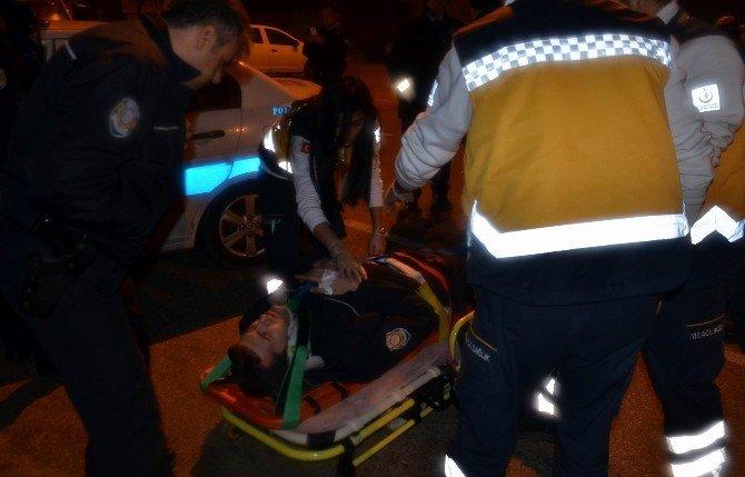 Trafik Ekibine Otomobil Çarptı, Polis Direksiyon Başında Yaralandı