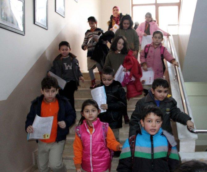 Görme engelli öğrencilerin karne sevinci
