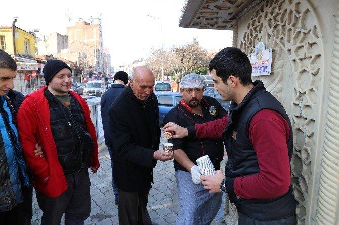 Belediyeden Vatandaşlara Sıcacık Sahlep İkramı