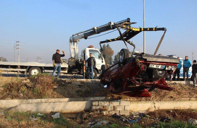 Viraja Hızlı Giren Otomobil Tarlaya Uçtu: 2 Yaralı