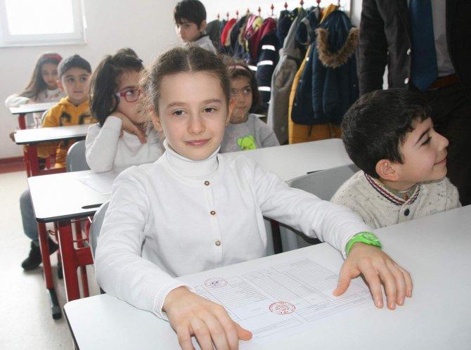 Şehit Koçak'ın kızı karnesini Yozgat Valisi Yazıcı'nın elinden aldı