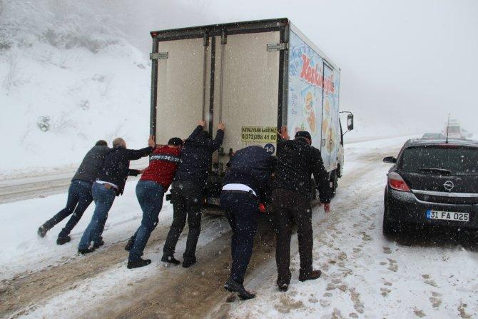 Araçlar yolda kaldı, üşüyen vatandaşlara jandarma kucak açtı
