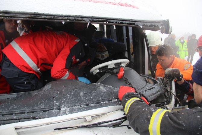Yolcu midibüsü TIR a çarptı: 2'si çocuk, 11 yaralı