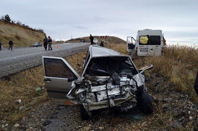 Minibüs İle Otomobil Çarpıştı: 1 Ölü, 3 Yaralı