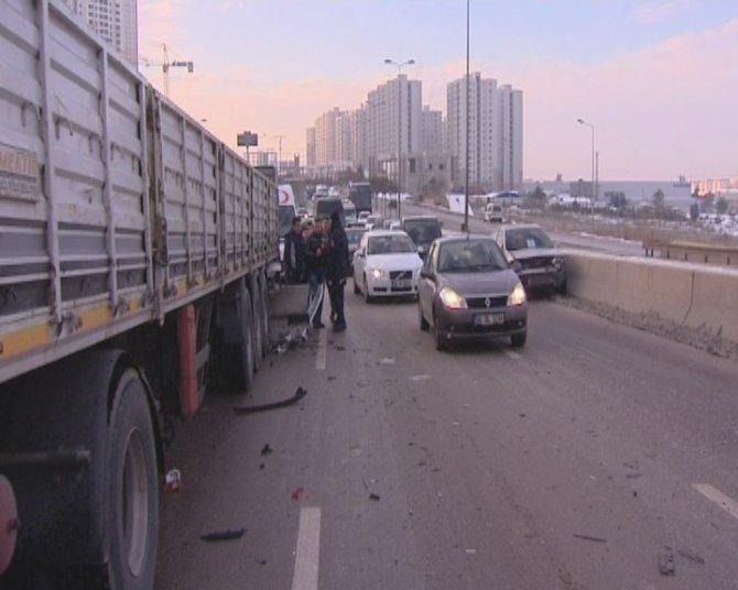 Buzlanan yolda kaza: 6 yaralı