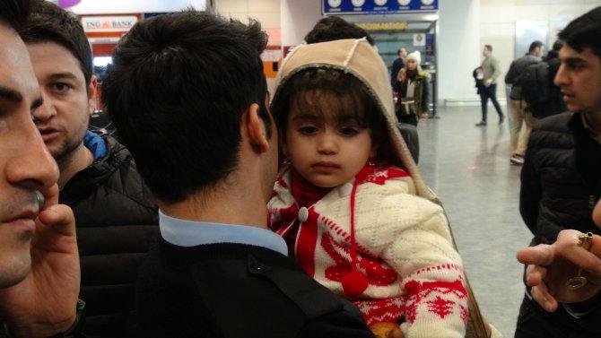 İki yaşındaki çocuğu havalimanında terk ettiler