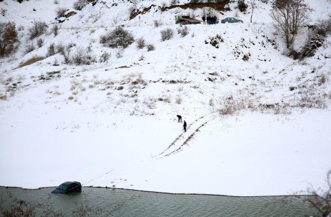 Buzlu yolda kayan otomobil baraja uçtu