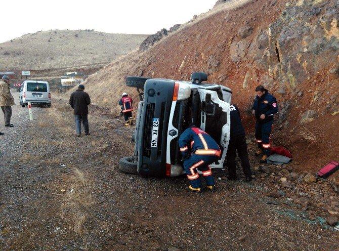 Elazığ'da Minibüs Devrildi: 2 Yaralı