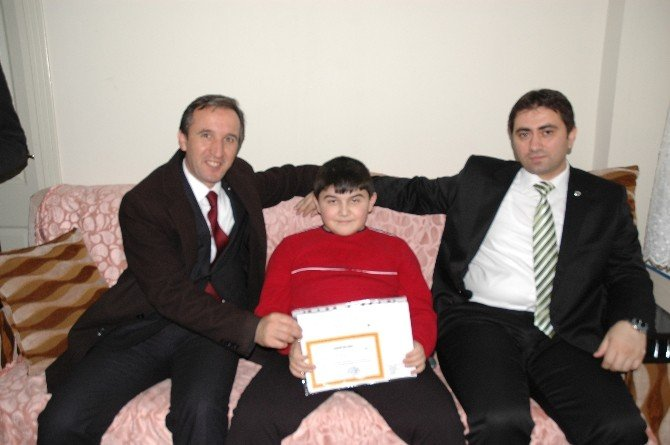 Kaymakam Çiğdem Engelli Öğrenciye Karnesini Evinde Verdi