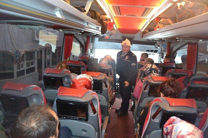 Trafik Polislerinden Şehirlerarası Otobüs Terminalinde Kış Lastiği Ve Emniyet Kemeri Kontrolü