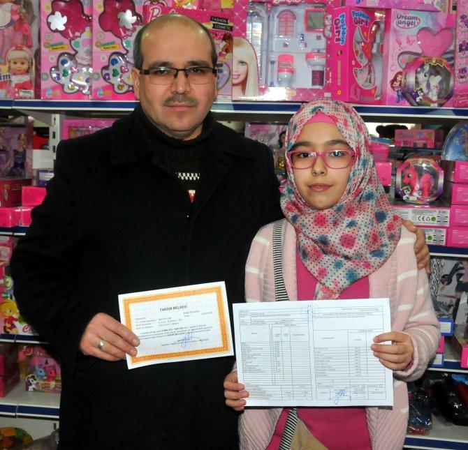 Tutuklu kadın öğretmenin kızı, okulundan takdir aldı