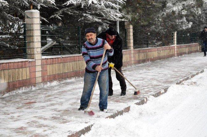Sorgun Belediyesi Karla Mücadele Çalışmalarını Aralıksız Sürdürüyor