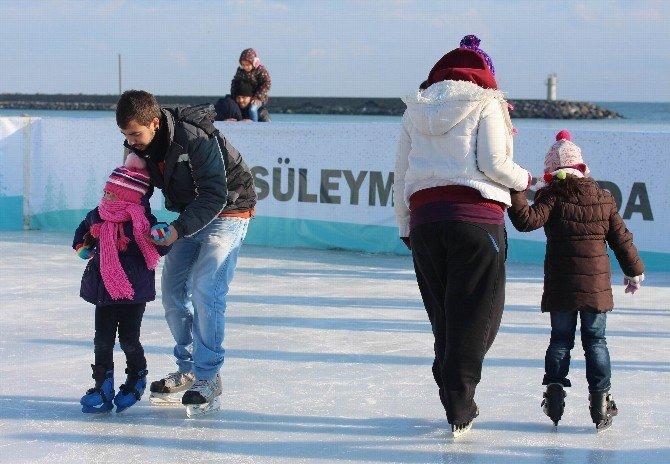 Deniz Kenarında Buz Pisti Keyfi