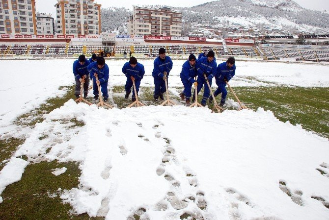 Tokat Gaziosmanpaşa Stadyumu'nda Kar Temizliği