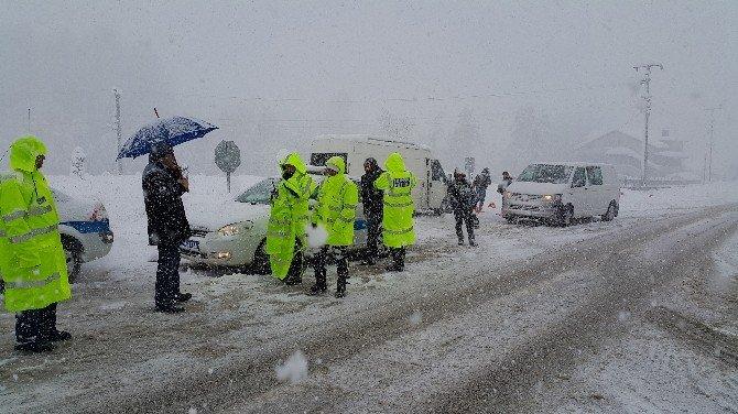 Kar, Düzce Zonguldak Karayolunda Geçit Vermiyor