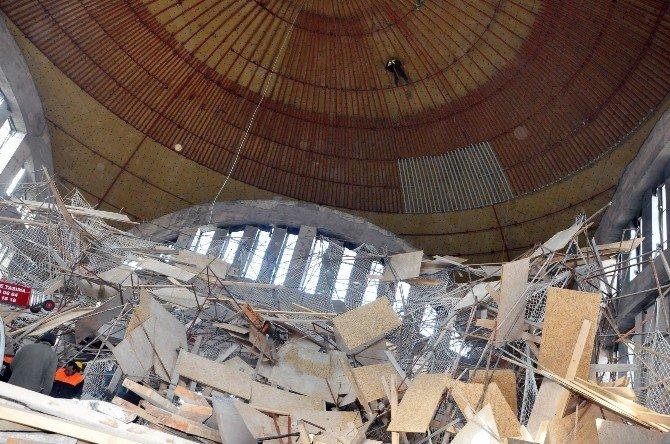 Uşak'ta Cami İskelesi Çöktü, İşçi 4 Saat Tavanda Asılı Kaldı