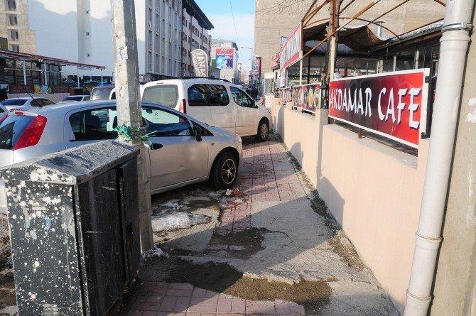 Van'da Kaldırımlar Otoparka Çevrildi